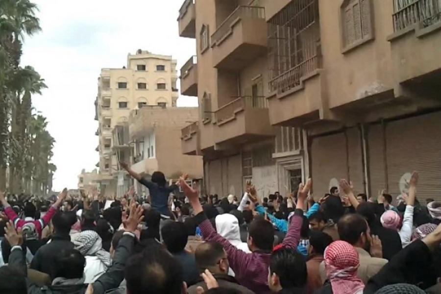 احتجاجات في الرقة تطالب بخروج الوحدات الكردية..